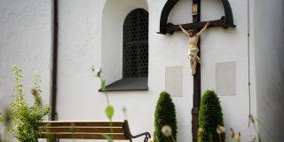 Kreuz an der Südwand von St. Peter und Paul
