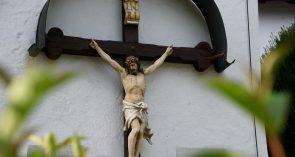 Kreuz-Corpus an der Südwand von St. Peter und Paul