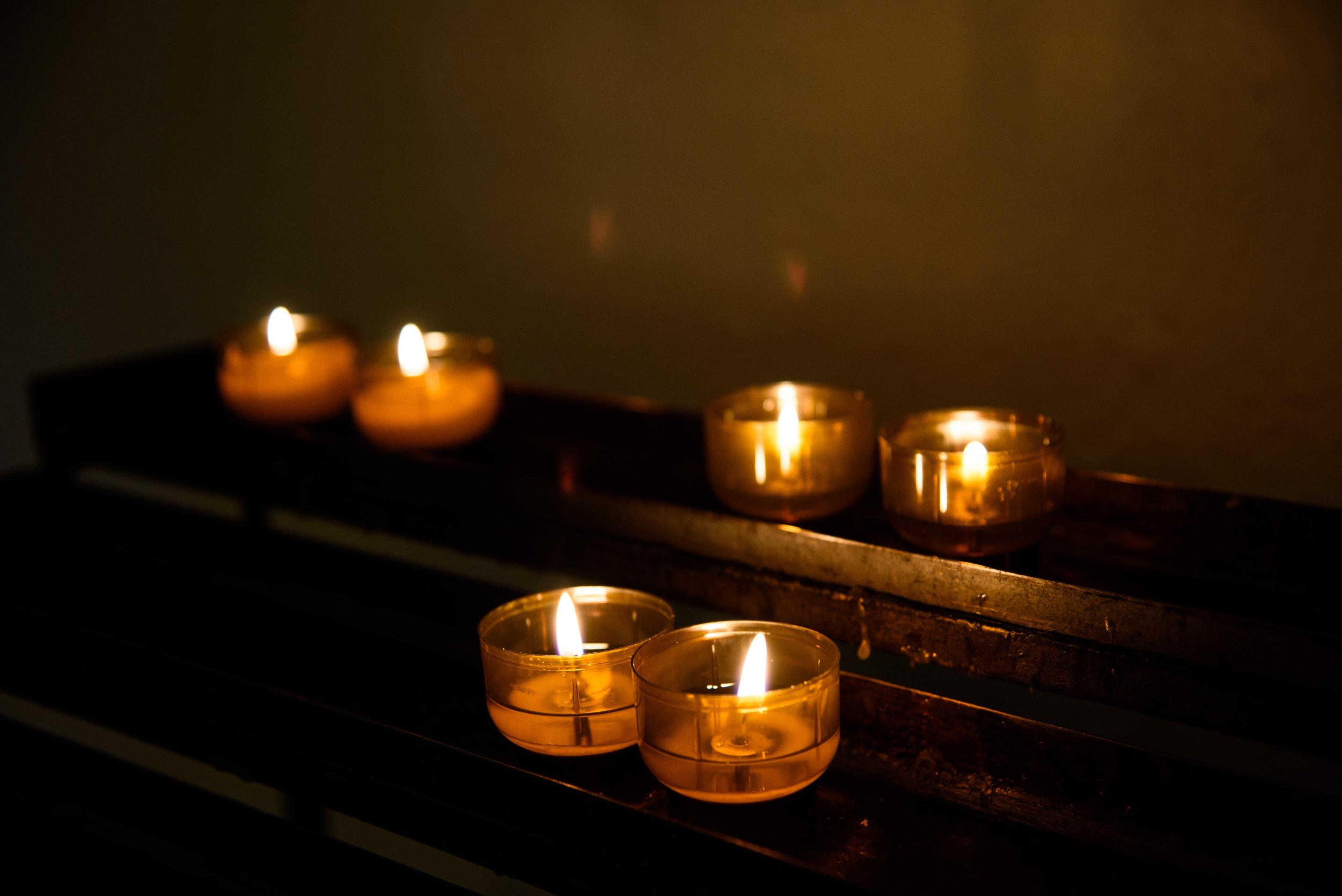 Kerzen am Opferstock