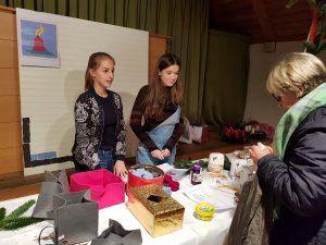 Bis zum fertigen Bild und 135 Lebensmittelpaketen für die Kinder suchen 540 Filzplättchen eine Spende, für die die Jugendlichen engagiert werben