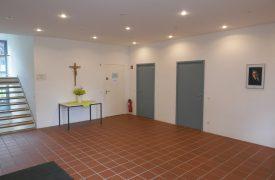 Kreuz im Eingangsbereich Pfarrheim